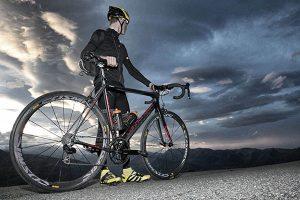 Ciclista mirando al horizonte