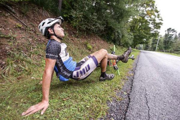 Ciclista con calambres musculares