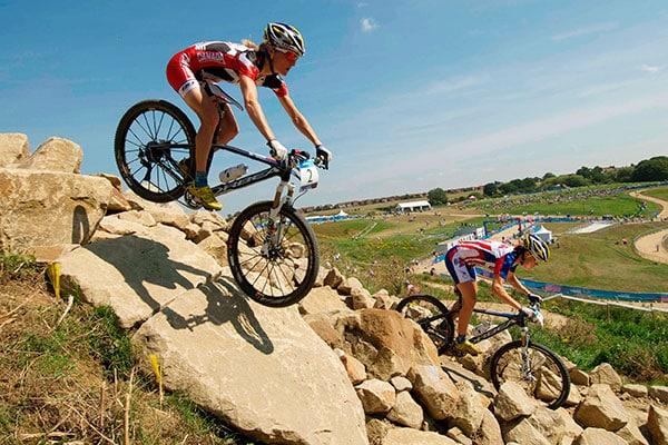 Ciclistas en un rock garden
