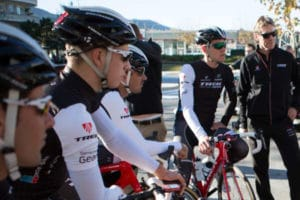 Ciclistas escuchando las explicaciones de su director
