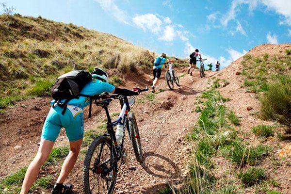 Ciclistas subiendo un repechón caminando
