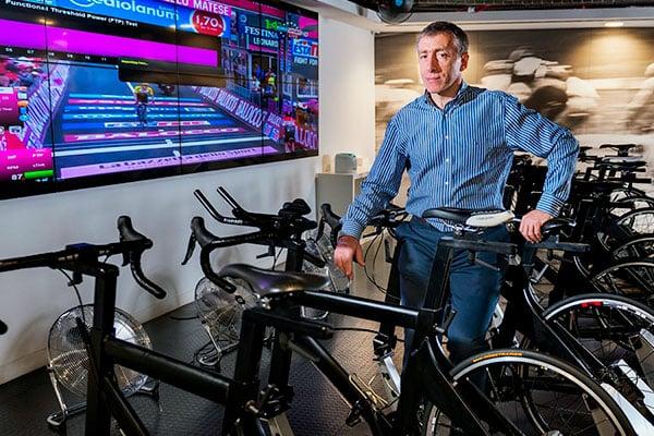 Cómo diseña el entrenamiento un entrenador de ciclismo