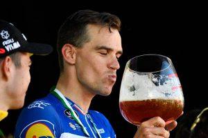 ¿Qué bebida ofrece una mejor hidratación para los deportistas?